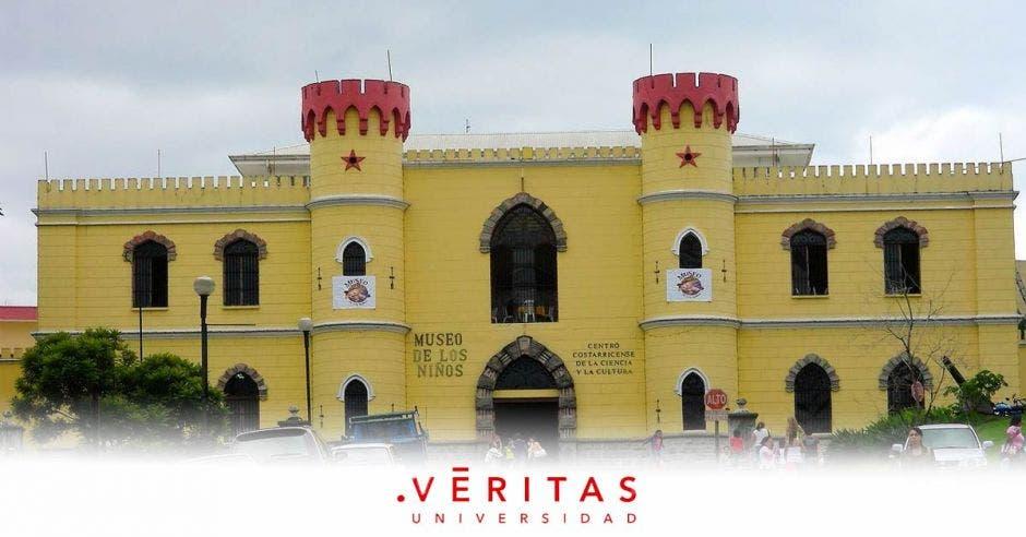 Fachada del Museo de los Niños y el logo de la Veritas