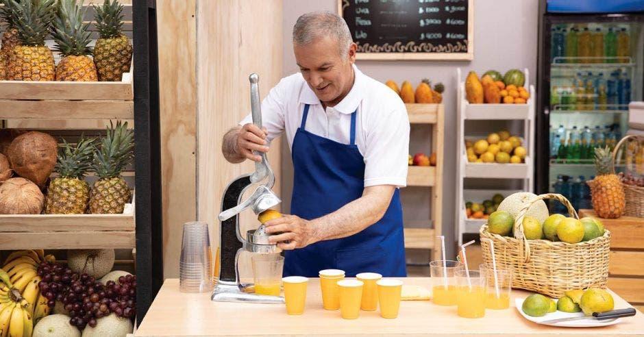 Exprimiendo naranjas, hombre