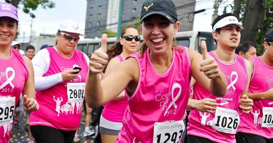mujeres corriendo de rosa