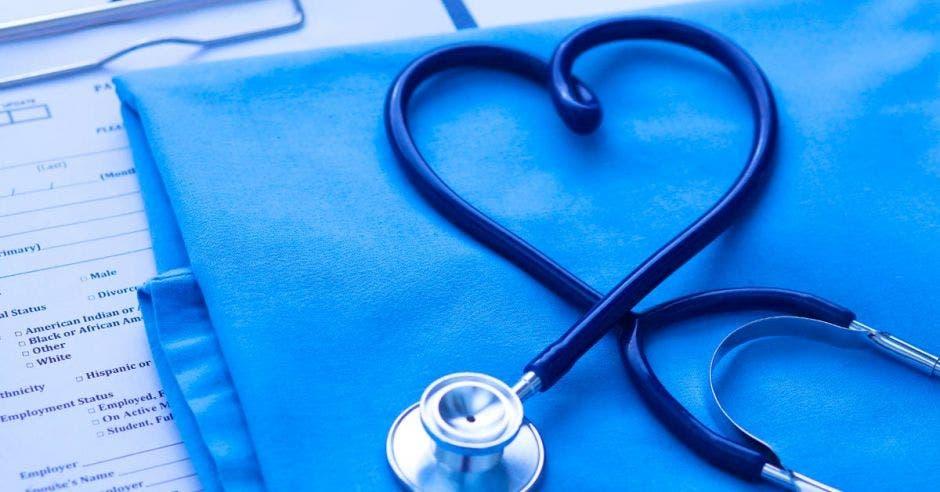 Una manta con un estetoscopio en forma de corazón