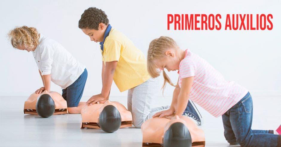 Niños practicando RCP