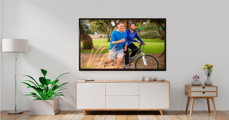 Un televisor con dos adultos mayores corriendo