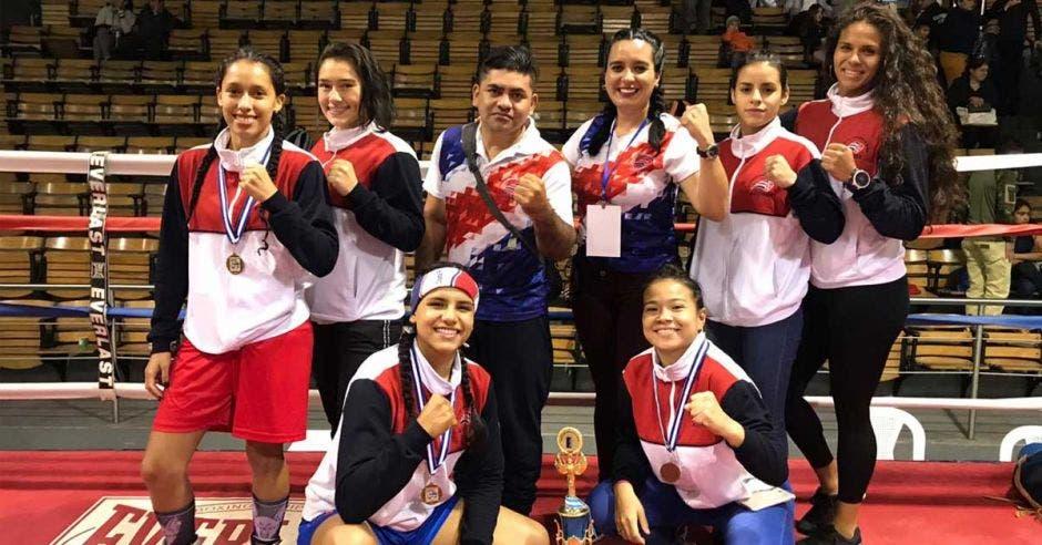 mujeres posan con sus medallas