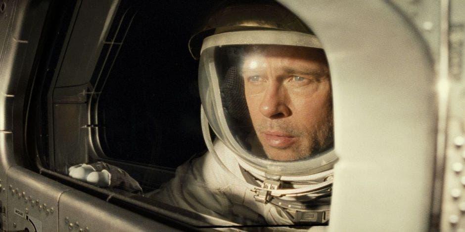 Roy Mcbride (Brad Pitt) en vestimiento de astronauta en la película Ad Astra