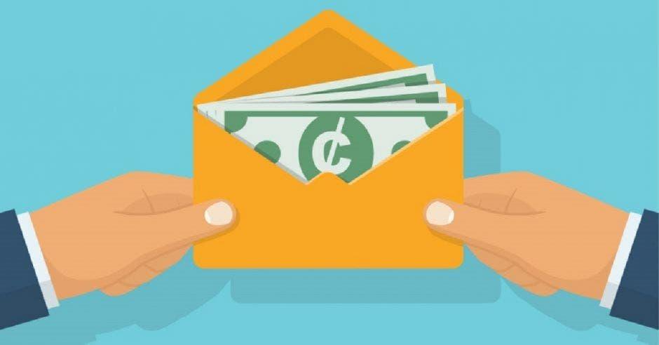 una imagen de unas manos sosteniendo un sobre con dinero y un símbolo de colones