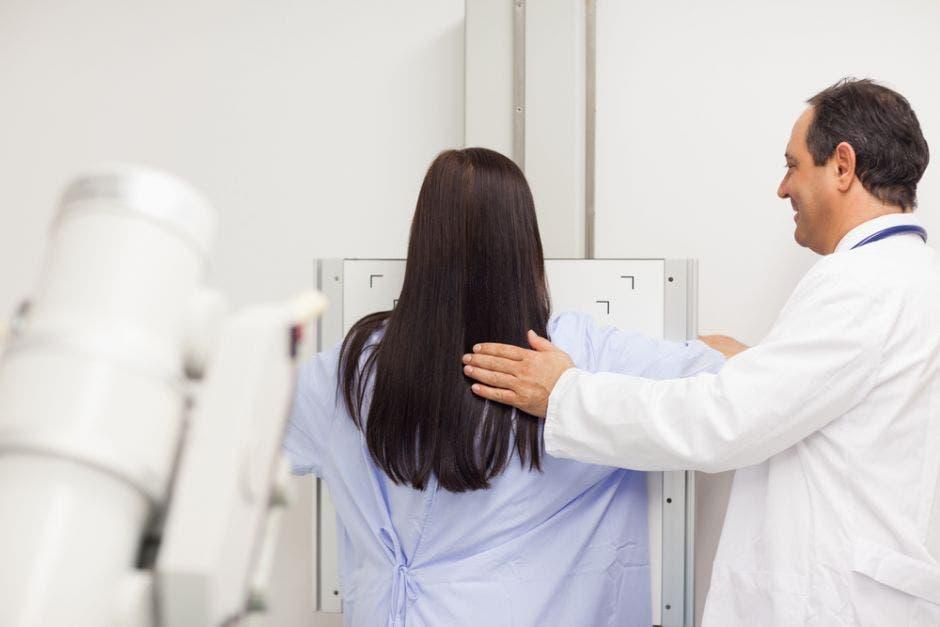 Una mujer valorándose para descartar cáncer de mama