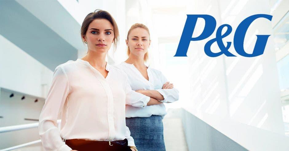 Dos mujeres y un letrero de P&G