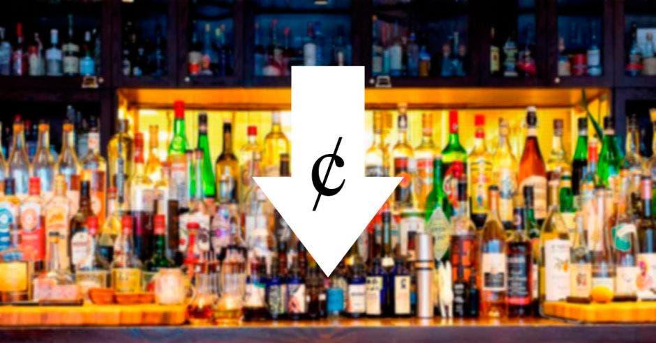 Una barra de una bar llena de licores y una flecha para abajo con un signo de colones en medio