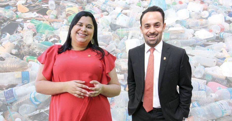 Paola Vega, del PAC, y Erwen Masís, del PUSC, impulsan la eliminación del plástico de un solo uso desde la Asamblea Legislativa