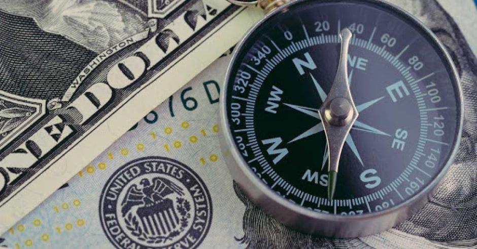 Dólares y una brujula