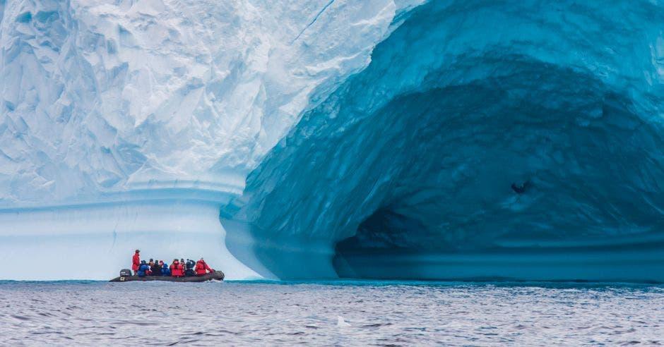 Un grupo de exploradores recorre la Antártida