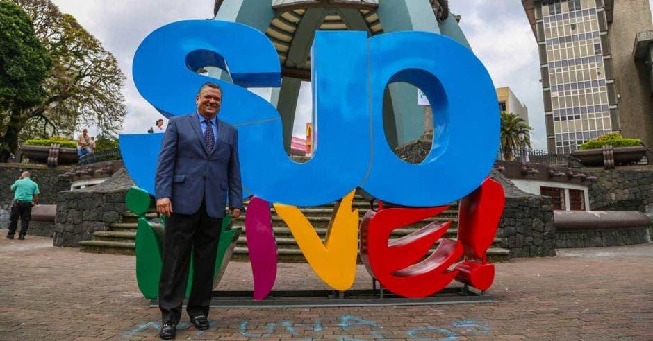 Johnny Araya, alcalde josefino, junto a un tótem con las letras:SJO Vive