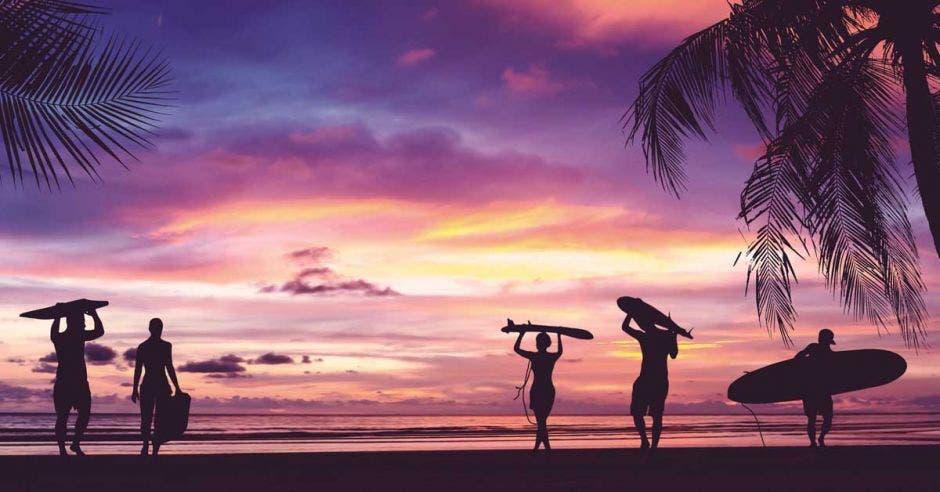 silueta de personas en la playa