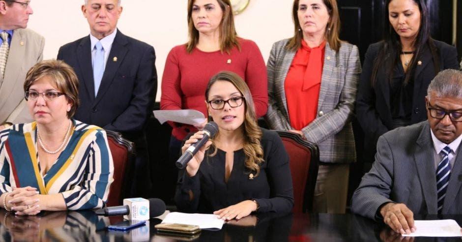 Un grupo de unos 14 legisladores reclaman al gobierno que no firme la norma técnica sobre el aborto terapéutico. Cortesía/La República
