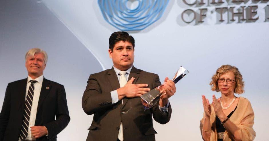 Carlos Alvarado recibió el premio en nombre de los costarricenses. Cortesía/La República