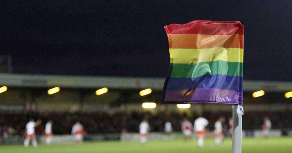 bandera gay en cancha da futbol