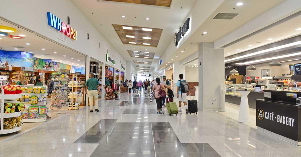 pasillo del aeropuerto, comercios a los lados