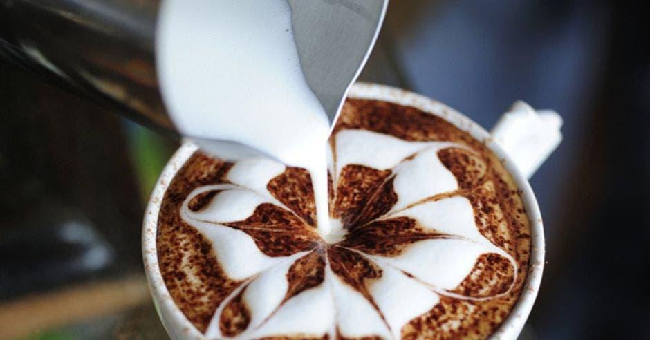 una foto de un café recibiendo leche