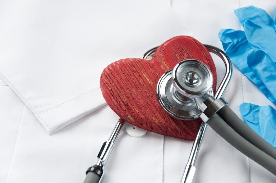 Un corazón y un estetoscopio