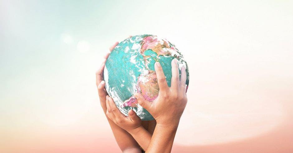 Dos personas sostienen el planeta