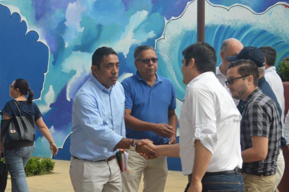 EL presidente Carlos Alvarado saluda al alcalde Randall Chavarría.