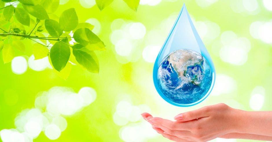 Un mundo dentro de una gota de agua caen en unas manos. Imagen con fines ilustrativos.