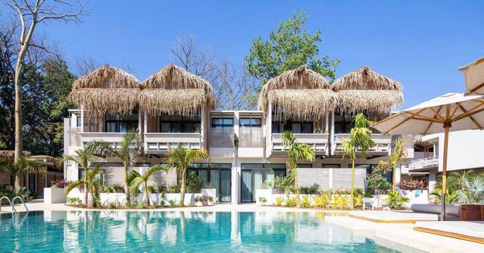hotel de playa con piscina