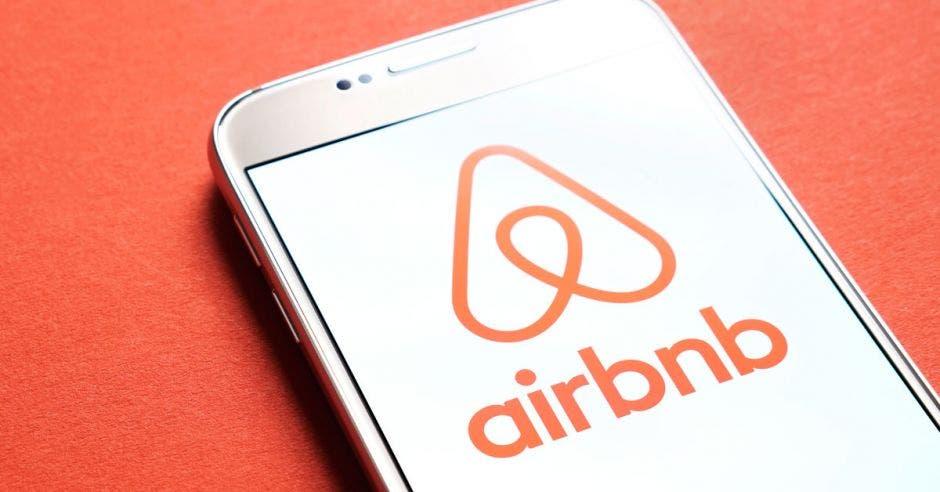 Celular con el logo de Airbnb