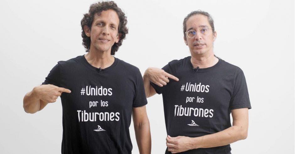 hombres con camisa negra