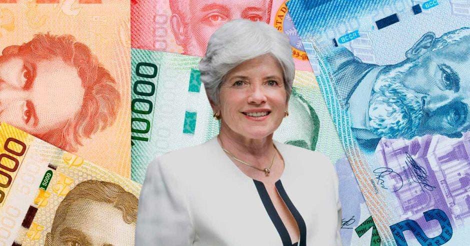 Rocío Aguilar con fondo de billetes