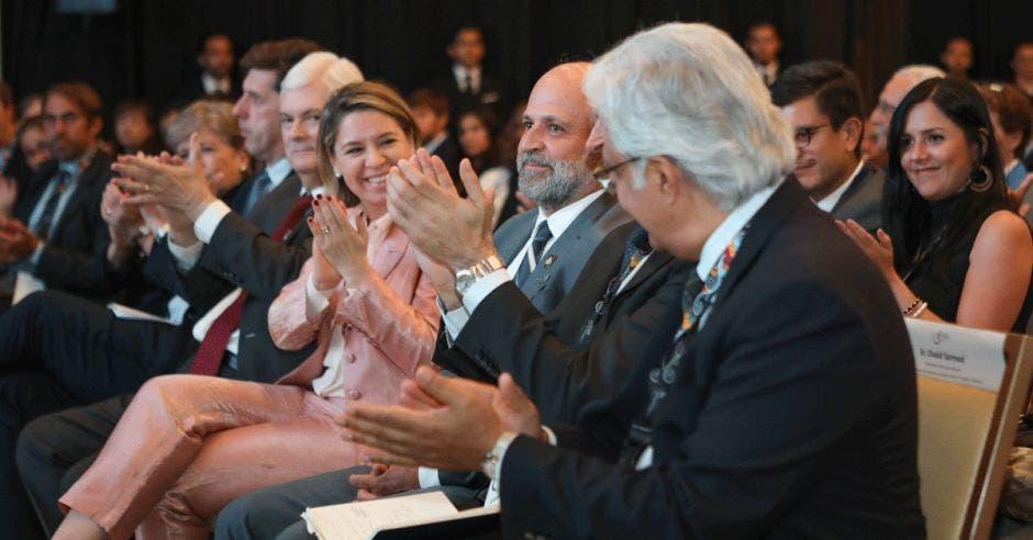 Carlos Manuel Rodríguez, ministro de Ambiente y Energía (centro), fue aplaudido durante el acto de clausura de la PreCOP