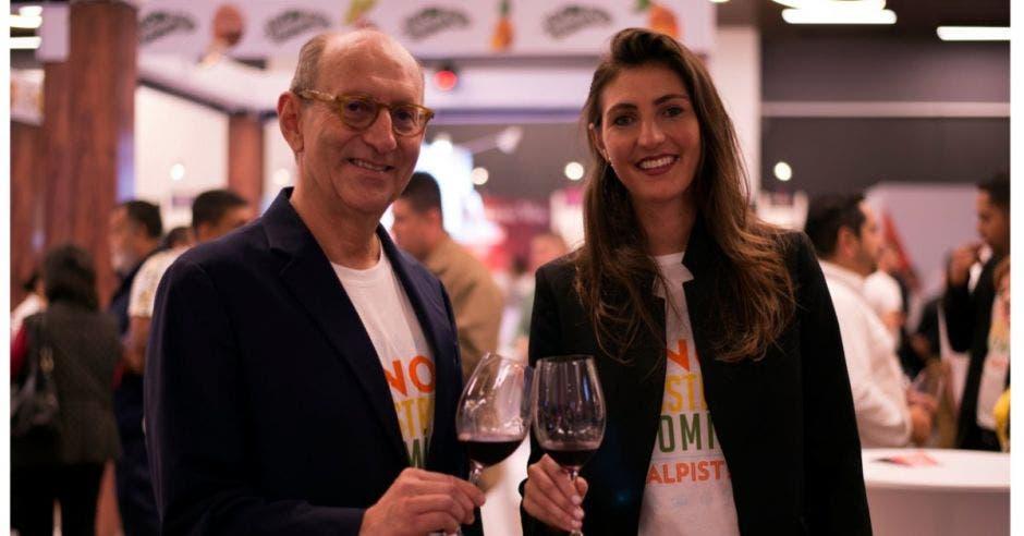 hombre y mujer con vino