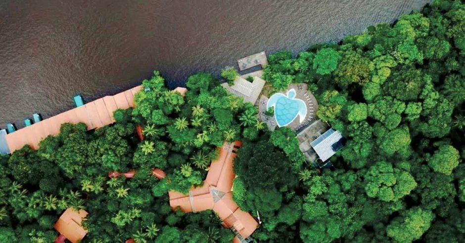Vista aérea de varios hoteles en Tortuguero. Imagen con fines ilustrativos