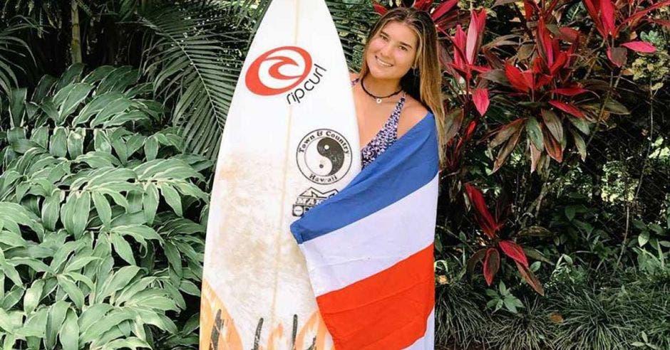 mujer tabla y bandera de costa rica