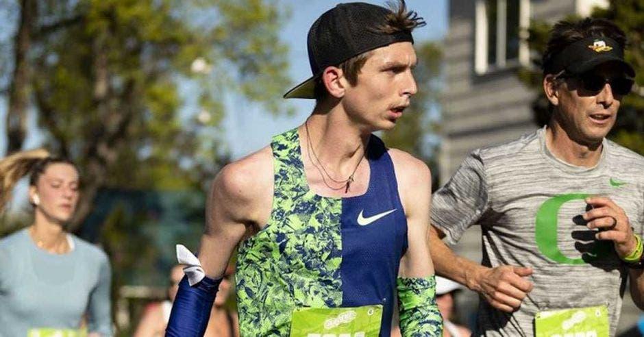 hombre corriendo con gorra