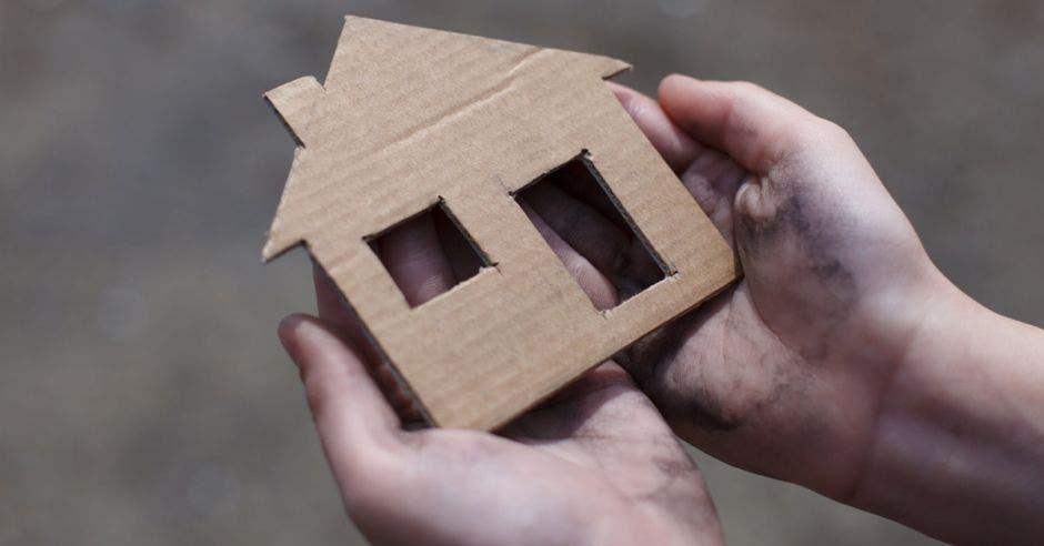 Casa de cartón, mano