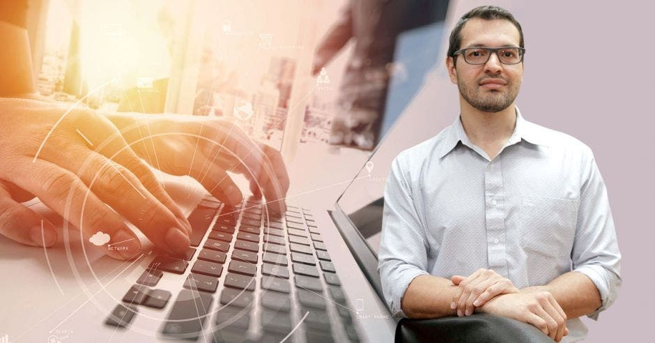 Andrés Valenciano y la imagen de unos dedos en un teclado