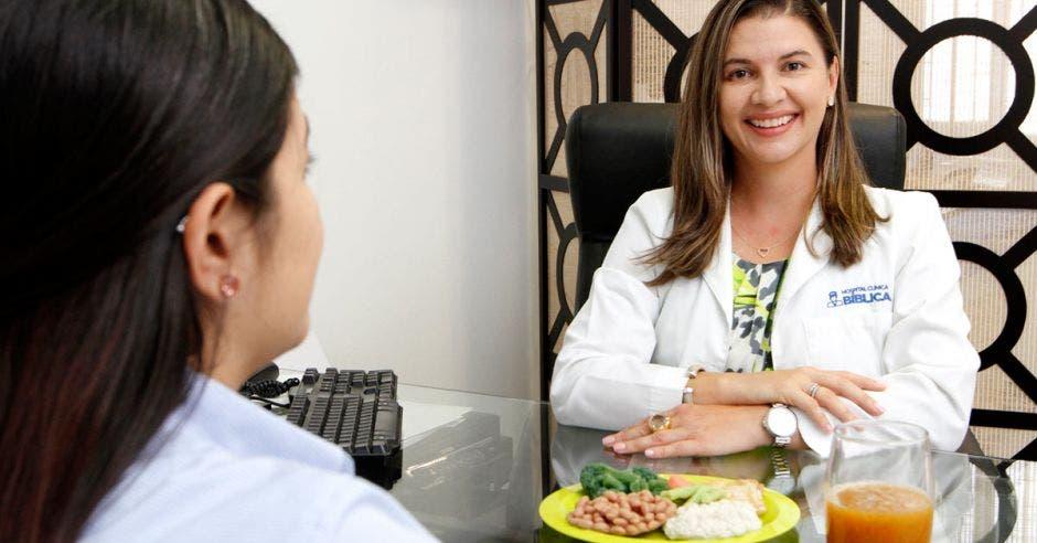 """""""La nutrición juega un papel importante y debe acompañar a todos los tratamientos"""", destacó Marcia Pérez, nutricionista clínica y bariátrica de la Clínica Bíblica. Esteban Monge/La República"""