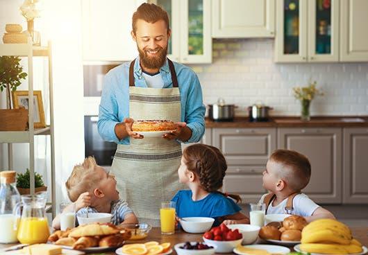 Un joven se encarga de alimentar a unos niños