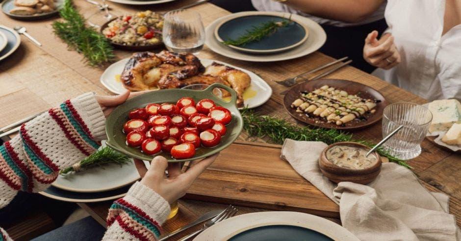 mesa con alimentos
