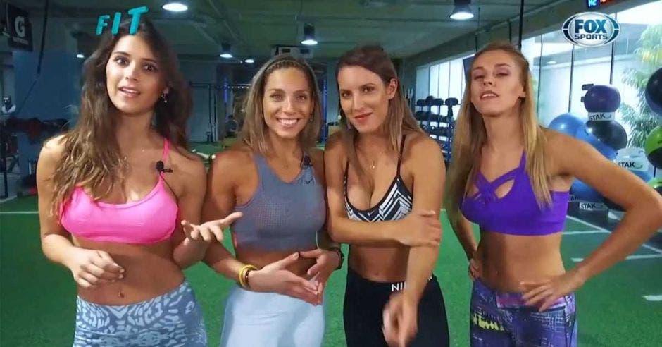 mujeres presentando