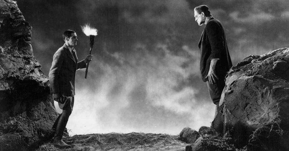 En el filme, el Dr. Henry Frankenstein, un joven y apasionado científico, asistido por el jorobado Fritz, crea un cuerpo humano, cuyas partes han sido recolectadas secretamente y de varias fuentes. Cortesía Sala Garbo/La República