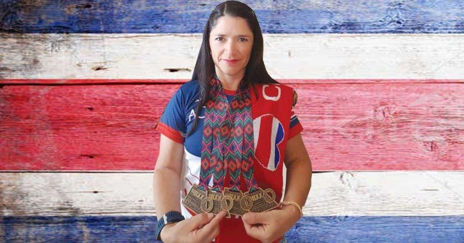 mujer con medallas y bandera de Costa Rica