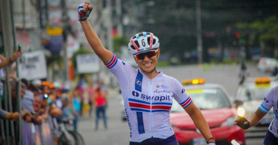 mujer en bici celebra