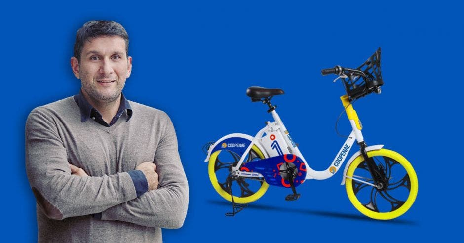 """Queremos lograr un cNayid Aguilar, director general de OMNibicis, posa junto a bicicleta eléctrica"