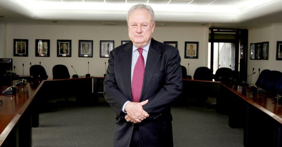 """""""No nos sorprende, ni es nuevo, lo señalado por la empresa Vicesa de que las diferencias en los costos que hay entre Guatemala y Costa Rica fueron determinantes a la hora de escoger cuál horno detener"""", dijo Enrique Egloff, presidente de la Cámara de Industrias. Shutterstock- Elaboración propia/La República"""