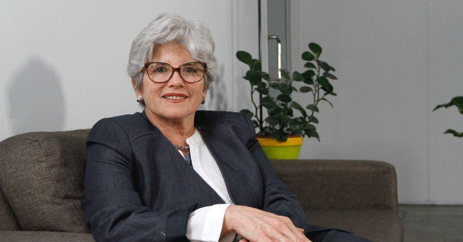 Rocío Aguilar posa en un sillón en las instalaciones de La República