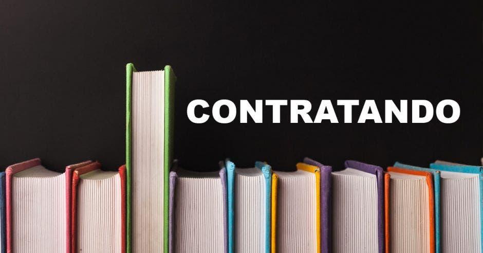 Unos libros y la frase contratando al lado