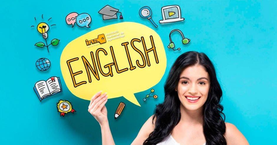 Una joven sosteniendo un letrero que dice inglés