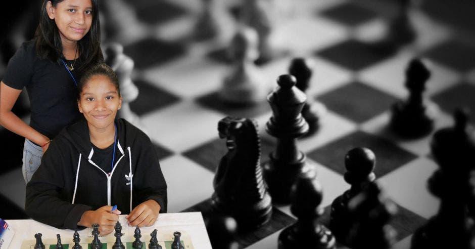 mujeres jugando ajedrez